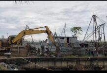 Dua kapal Vietnam dihancurkan excavator (Suryakepri.com)