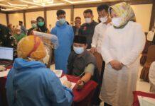 Wakil Gubernur Kepri, Marlin Agustina, saat meninjau langsung proses vaksinasi Covid-19 kepada Imam, Bilal, Mubalig se-Kota Batam di Godlen Prawn Batam, Senin (29/3).