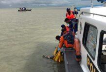 Anggota Satpolair Polres Karimun mengevakuasi penemuan sesosok mayat di perairan depan PT Saipem, Senin (29/3/2021). Foto Suryakepri.com/IST