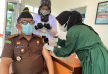 Kasipenkum Kejati Kepri Jendra Firdaus saat mengikuti program vaksinasi Covid-19 di Kantor Kejati Kepri (Suryakepri.com)