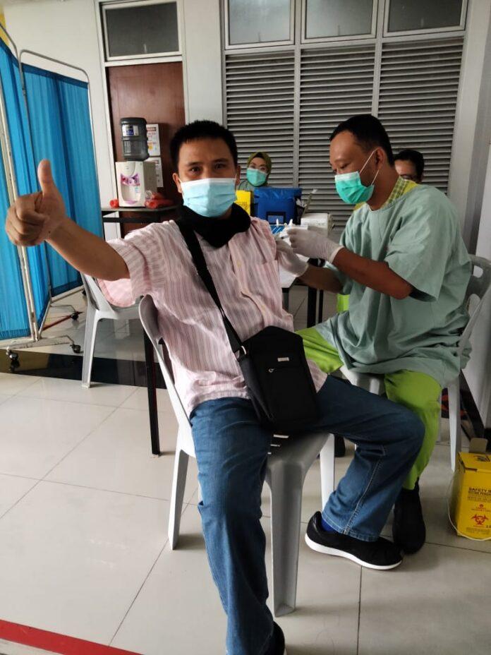 Foto salah seorang pekerja media di batam penerima vaksin AstraZeneca