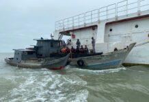 Dua kapal kayu yang diamankan bernama KM. R1 dan KM. R2, yang menempel di lambung kiri tug boat.