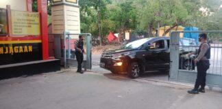Polresta Barelang Siaga 1. Pintu masuk Mapolresta Barelang dijaga anggota polisi dengan senjata lengkap