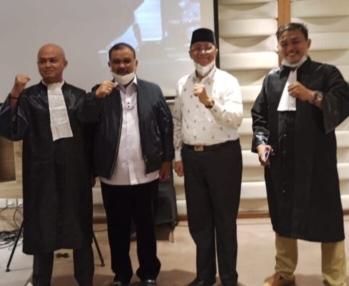 Pasangan calon Bupati-Wakil Bupati Karimun Nomor Urut 1 Aunur Rafiq-Anwar Hasyim foto bersama dua kuasa hukum mereka usai sidang sengketa Pilkada Karimun 2020 di MK, 2 Maret 2021. Foto Suryakepri.com/IST