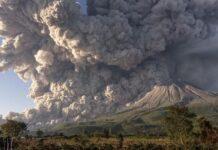 Gunung Sinabung menyemburkan material vulkanik saat erupsi di Desa Kuta Rakyat, Naman Teran, Karo, Sumatra Utara, Selasa (2/3/2021). (ANTARA FOTO/Sastrawan Ginting)