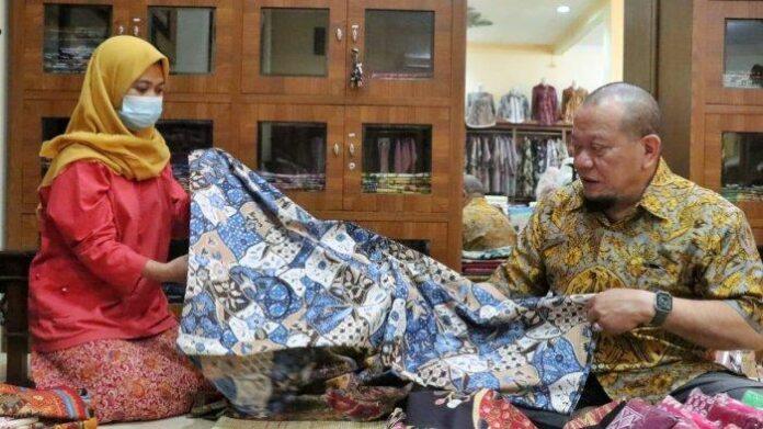 Ketua DPD RI saat melihat hasil kerajinan batik di Kota Cirebon, Jawa Barat, beberapa waktu lalu.