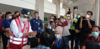 Menhub Budi Karya Sumadi melakukan pengecekan terhadap implementasi tes GeNose di Bandara Internasional Juanda di Surabaya, Sabtu (24/4/2021) (dok: Maulandy)