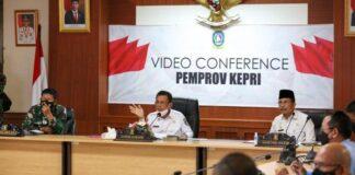 Gubernur Kepri, Ansar Ahmad memberikan pengarahan saat rapat penanganan Covid-19, di Kantor Gubernur Kepri, Dompak, Kamis (15/4/2021). Foto: ist