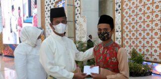 Walikota Batam, Muhammad Rudi menyerahkan santunan dalam rangkaian peringatan Nuzulul Qur'an 1442 Hijriah