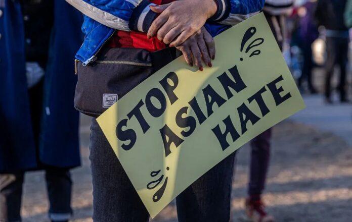 Demonstran membawa karton bertuliskan hentikan kebencian terhadap orang Asia. (Foto dari DW.com)