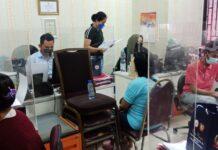 Amelia (19), calon pekerja melaporkan penyalur kerja yang berada di Tiban Point, Sekupang, Selasa (6/4/2021) siang