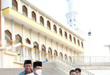 Gubernur Kepulauan Riau H Ansar Ahmad usai solat subuh berjamaah di Masjid Agung Baitul Makmur Tarempa meninjau sejumlah proyek menggunakan sepeda motor.