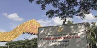 Pekerja memasang pelang bertuliskan TMII dalam penguasaan dan pengelolaan Kemensetneg di depan gerbang TMII, Jakarta, Rabu (7/4/2021). Pemerintah melalui Kementerian Sekretariat Negara (Kemensetneg) mengambil alih pengelolaan Taman Mini Indonesia Indah (TMII) dari Yayasan Harapan Kita. ANTARA FOTO/Asprilla Dwi Adha/foc.(ANTARA FOTO/ASPRILLA DWI ADHA)