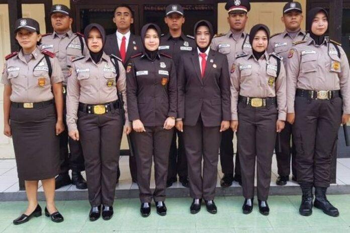 Seragam satpam yang terlihat seperti seragam polisi, baik dari warna coklat serta tanda kepangkatan.(via Situs Asosiasi Profesi Satpam Indonesia)