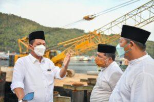 Gubernur Ansar beserta rombongan menuju tempat peninjauan proyek Jembatan Selayang Pandang II