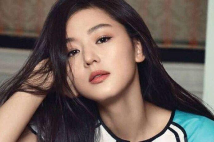 Jun Ji-hyun, juga dikenal dengan nama Inggrisnya Gianna Jun, adalah seorang aktris dan model Korea Selatan. Dia telah menerima banyak penghargaan, termasuk dua Grand Bell Awards untuk Aktris Terbaik dan Daesang untuk Televisi di Baeksang Art Awards. Lahir di Seoul pada 30 Oktober 1981 (umur 39 tahun), atau berzodiak Scorpio.