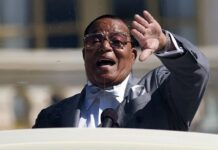 Pemimpin Nation of Islam Louis Farrakhan berbicara dalam rapat umum untuk memperingati 20 tahun March Million Man, di Capitol Hill di Washington, 10 Oktober 2015. (AP / Evan Vucci via Times of Israel)