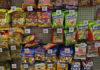 Aneka permen dipajang di rak di supermarket di London, Inggris, Kamis, 18 Agustus 2016. (AP Photo / Frank Augstein via Times of Israel)