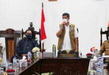 Kepala Badan Nasional Penanggulangan Bencana (BNPB) Letnan Jendral TNI Dr. (H.C.) Doni Monardo (baju putih dengan rompi) memberikan arahan terkait upaya tanggap darurat di Kantor Bupati Flores Timur, Larantuka, NTT, Senin (5/4/2021). (Foto: Komunikasi Kebencanaan BNPB/Apri Setiawan)