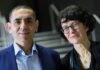 Pasangan suami-istri Ugur Sahin dan Ozlem Tureci, pendiri dan pengembang vaksin virus Corona BioNTech, berpose untuk foto pada upacara Penghargaan Axel Springer untuk pasangan peneliti yang disiarkan di Internet, Kamis, 18 Maret. , 2021. (Bernd von Jutrczenka / dpa via AP, Pool)