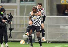 Paul Pogba menggendong Bruno Fernandes. (Foto dari Sportsmole).