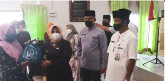 Walikota Tanjungpinang, Rahma membagikan bingkisan lebaran kepada warga yang terdaftar DTKS. (tanjungpinangkota.go.id)