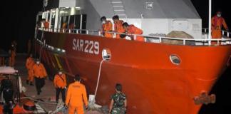 Anggota Badan Pencarian dan Penyelamatan Nasional (BASARNAS) mempersiapkan misi pencarian kapal selam angkatan laut Indonesia KRI Nanggala di pelabuhan Benoa di Bali, Indonesia pada 21 April 2021. (Foto AP / Firdia Lisnawati)