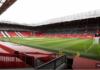 Spanduk merah di tribun Stadion Old Trafford diyakini Ole Gunnar Solskjaer sebagai penyebab timnya susah menang di laga kandang. (Foto dari Sky Sports)