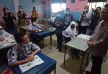 Amsakar Achmad saat berdialog dengan salah satu siswa SMP 41 Lubuk Baja