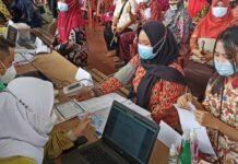 Para guru saat jalani proses pemeriksaan awal sebelum menerima vaksin