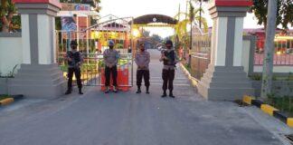 Sejumlah anggota Polri bersenjatakan lengkap berjaga-jaga di depan pintu masuk Mapolres Karimun pasca penyerangan di Mabes Polri, Rabu (31/3/2021). Foto Suryakepri.com/IST