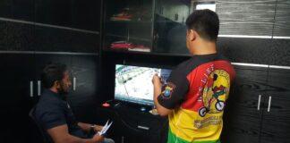 Anggota Satreskrim Polres Karimun meneliti rekaman CCTV sekitar lokasi kejadian pembegalan di jalan Tanjung Sei Batak, Kelurahan Tebing, Kecamatan Tebing, Rabu (31/3/2021). Foto Suryakepri.com/IST