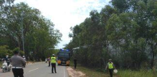 Satuan Patroli Jalan Raya (PJR) Direktorat Lalu Lintas (Ditlantas) Polda Kepri turun langsung memadamkan kebakaran hutan dan lahan (Karhutla) di kawasan hutan Bandara Hang Nadim, Batam, Kamis (1/4/2021) siang.