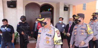Kapolres Karimun AKBP Muhammad Adenan saat meninjau pelaksanaan keamanan ibadah Paskah Gereja di Karimun, Jumat (2/4/2021). Foto Suryakepri.com/IST