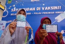 Dua Lansia di Belakangpadang Penerima Vaksin AstraZeneca Yang Baru Saja Menerima Kartu Vaksin