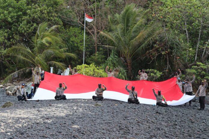 Polsek Bintan Timur kibarkan bendera Merah Putih di Pulau Terluar (Suryakepri.com/ist)