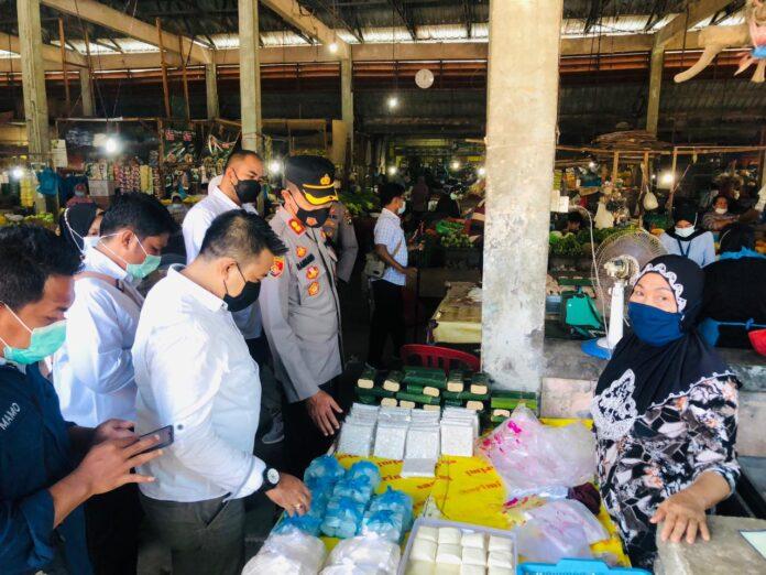Kapolres Bintan AKBP Bambang Sugihartono saat mengecek stok Bapokting di Bintan Utara menjelang Ramadan (Suryakepri.com)