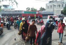 Antrean panjang warga mendapatkan gas LPG tabung 3 kilogram di salah satu pangkalan, jalan Raja Oesman, Kelurahan Sungai Lakam Barat, Kecamatan Karimun, Rabu (7/4/2021) siang. Foto Suryakepri.com/YAHYA