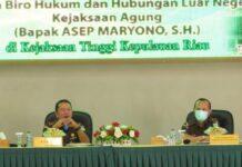 Kajati Kepri Hari Setiyono dan Kepala Biro Hukum dan Hubungan Luar Negeri Kejaksaan Agung RI Asep Maryono (Suryakepri.com)