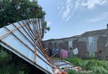 Atap rumah Zuraidah di Baran Timur, Kecamatan Meral copot diterjang angin kencang, Sabtu (10/4/2021) dini hari. Foto Suryakepri.com/YAHYA