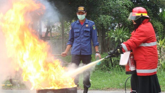 Karyawan ATB lakukan pelatihan penanganan darurat kebakaran bersama tim Pemadam Kebakaran (Damkar) dan Penyelamatan Kota Batam Jumat (9/4).
