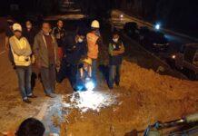 Proses penanganan kebocoran pipa diameter 600 mm, di median jalan seberang Rusun Muka Kuning (sumber: PT. Moya)