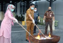 Barang bukti saat dibakar (Suryakepri.com/ist)