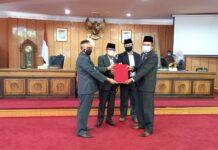 DPRD Karimun menyerahkan laporan Pansus LKPJ Bupati Karimun tahun anggaran 2020 kepada Plh Bupati Karimun, Rabu (21/4/2021). Foto Suryakepri.com/YAHYA