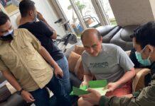 Tim Tabur Kejaksaaan saat mengamankan terpidana Prasetyo Gow (Suryakepri.com/ist)