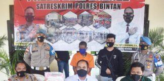 Kasatreskrim Polres Bintan AKP Dwihatmoko Wiroseno saat merilis penangkapan pelaku (Suryakepri.com)