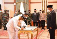 Pasangan Aunur Rafiq-Anwar Hasyim menandatangani Pakta Integritas usai dilantik sebagai Bupati dan Wakil Bupati Karimun 2021-2024 oleh Gubernur Kepri Ansar Ahmad, Senin (27/4/2021) pagi. Foto Suryakepri.com/Tangkapan Layar Live Streaming