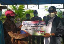 Bupati Karimun Aunur Rafiq menyerahkan secara simbolis Kartu Tani pada tahun 2020 lalu. Rencananya 1.000 petani Kabupaten Karimun akan menerima kartu serupa pada tahun 2021 ini. Foto Suryakepri.com/IST
