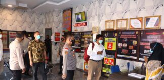 Kapolres Karimun AKBP Muhammad Adenan mendampingi Tim Puslitbang Polri meninjau sentra pelayanan di Mapolres Karimun, Rabu (28/4/2021). Foto Suryakepri.com/IST