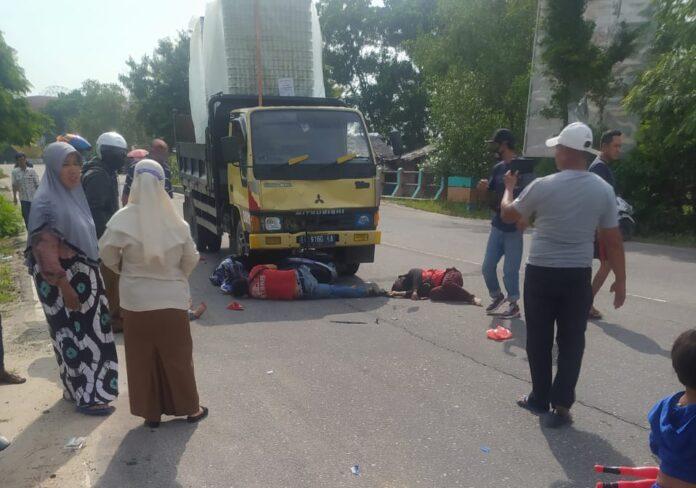 Ketiga korban pengendara sepeda motor tergeletak usai ditabrak dump truk muatan kaleng kosong di Karimun, Rabu (28/4/2021) sore. Foto Suryakepri.com/IST